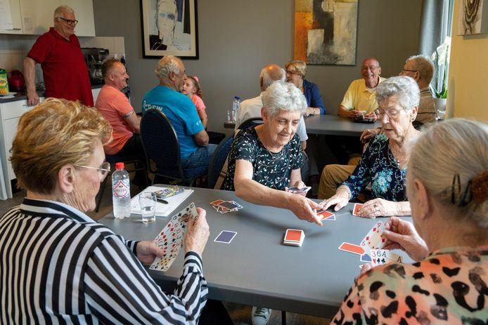 De Buurtkamer waar ouderen een kaartje leggen en koffie drinken.