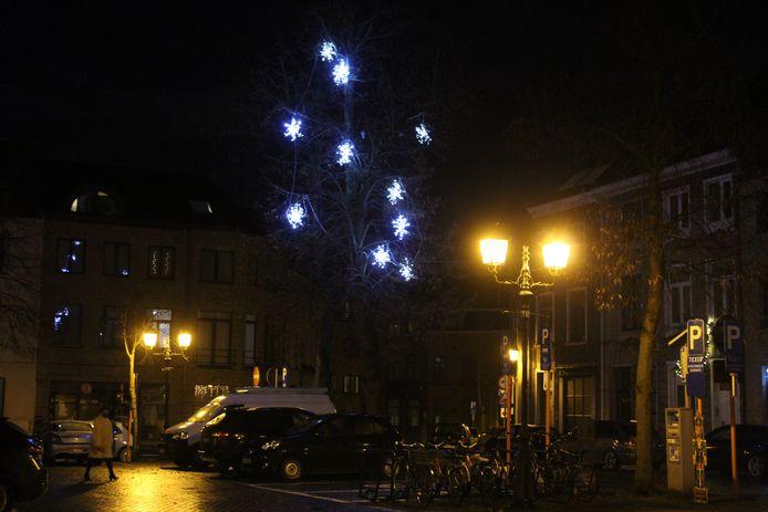 Onder andere in het centrum van Halle hangen de lichtjes omhoog.