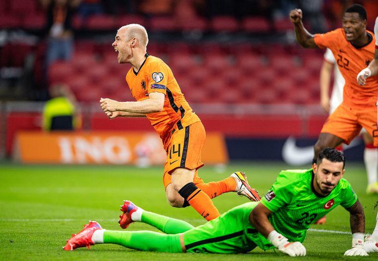 Davey Klaassen heeft de bal na een combinatie met Mephis de 1-0 binnengetikt.   Beeld Guus Dubbelman / de Volkskrant