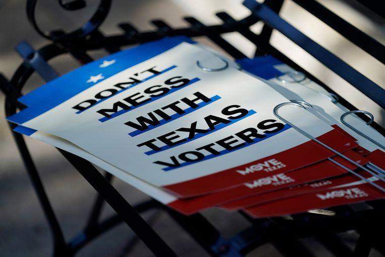 Een stapel bordjes met daarop een protestleus tegen de nieuwe Texaanse kieswet. Beeld AP
