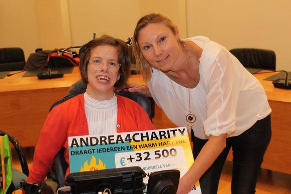 Andrea Akkermans overhandigt de vette cheque aan Wendelien De Baere.