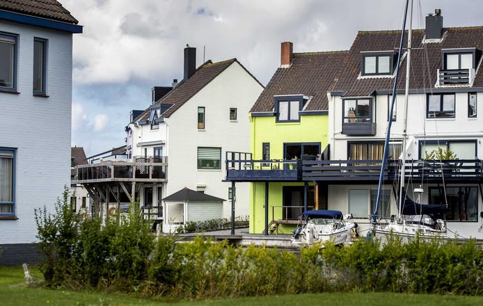 Het groene huis aan de Pluto in Den Helder. Eigenaresse Ineke van Amersfoort (82) heeft al negen jaar een conflict met buurtbewoners over de kleur van haar woning.