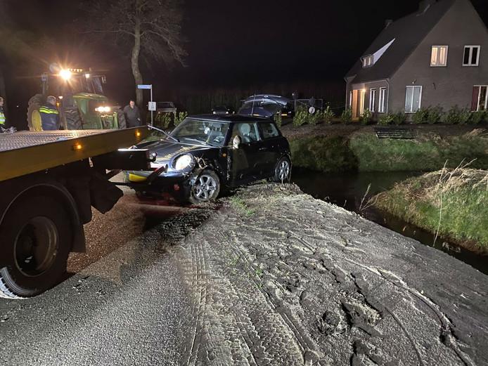 Auto in sloot in Herpen