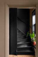 Een 'spannende' en sfeerbepalende kleur voor het trappengat.