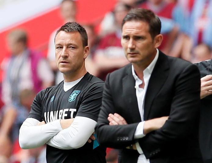 John Terry ziet hoe Frank Lampard gespannen toekijkt.
