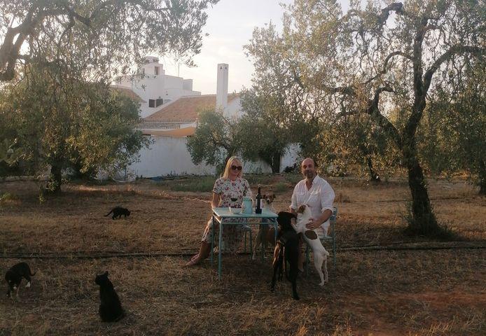 Ed Westerweele en Anastasia in hun tuin in een dorp bij Sevilla