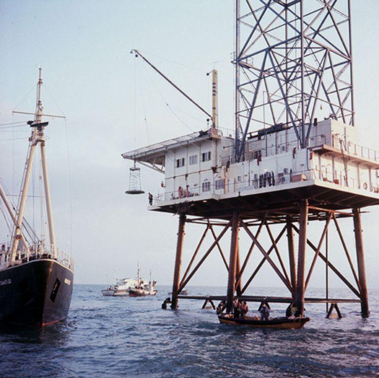 Het stalen Rem-eiland, dat al jaren in de Noordzee ligt, wordt een groot restaurant in het IJ. Foto ANP Beeld