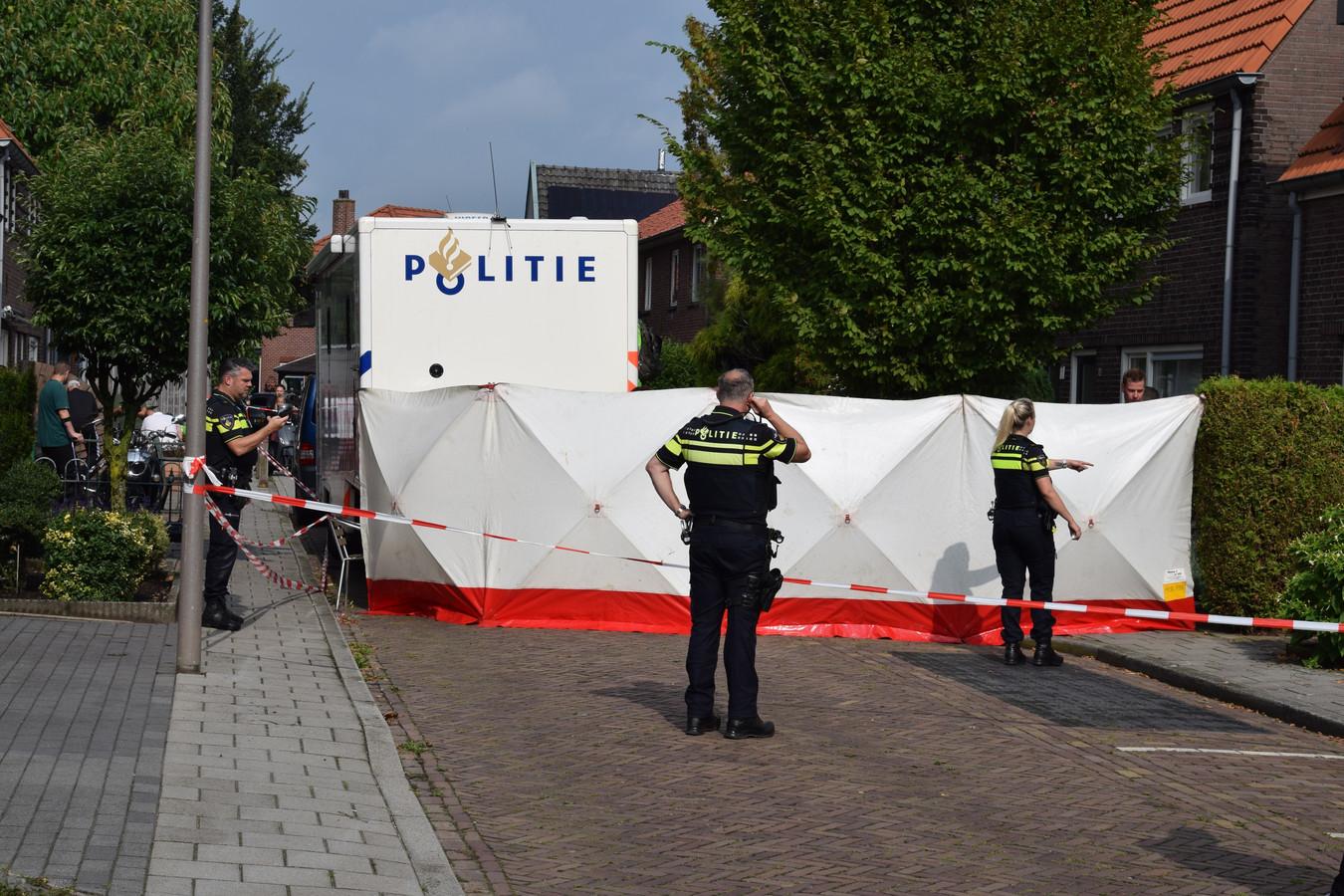 Na de vondst van een lichaam in een auto op de parkeerplaats van ZGT begon de politie een onderzoek in een woning aan de Zonnebloemstraat in Almelo.