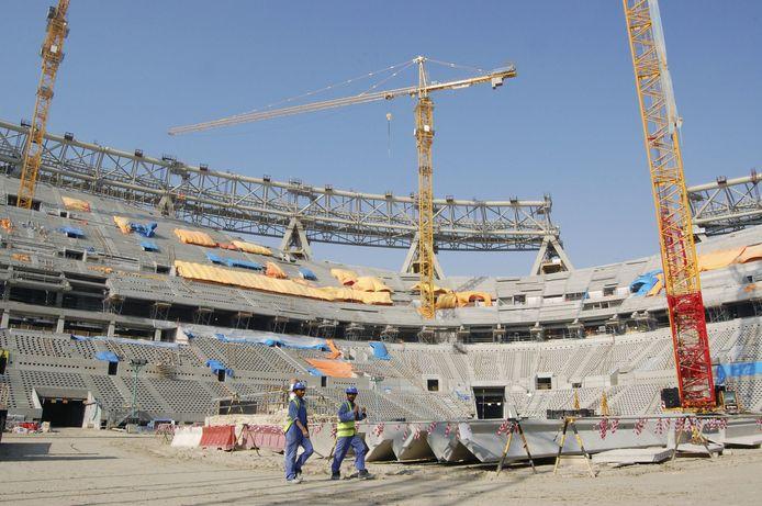 Arbeiders werken aan het Lusail-stadion in Qatar, waar de openingsmatchen en de finale gespeeld zullen worden.