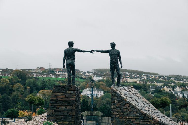 Een monument in Derry dat de verzoening tussen protestanten en katholieken verbeeldt. Beeld Wouter Van Vooren