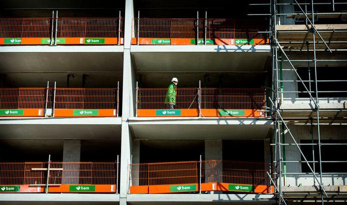 Een bouwvakker aan het werk op een bouwplaats.