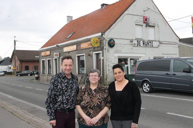 Chris Reilhof en zijn vriendin Isabelle met in het midden huidig uitbaatster Nadine aan café De Wante.