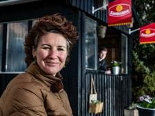 Oude blokhut van Wijhe '92 krijgt tweede leven als ijskraam langs populaire fietsroute: 'Vers ijs uit de streek'