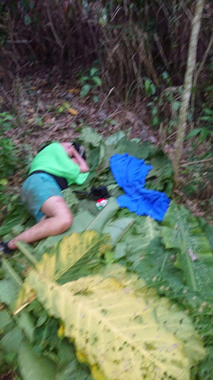 Erik Koers wacht uitgeput op bananenbladeren op redding.