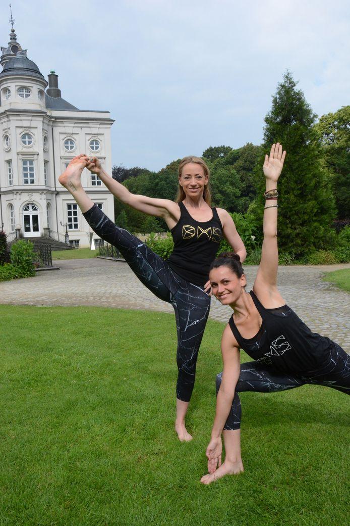 Nina de Man en Nathalie De Winter trekken voor het Grote Yogaproject onder meer naar het kasteeldomein Hof ter Saksen.