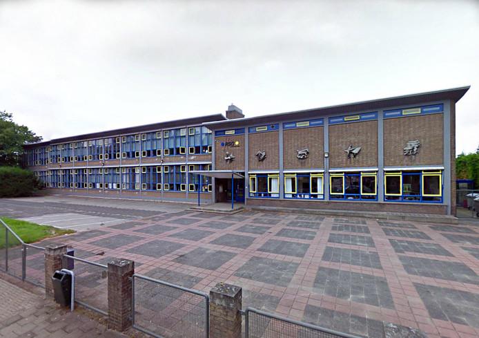 Het oude schoolgebouw aan de Koninginneweg is aan vervanging toe.