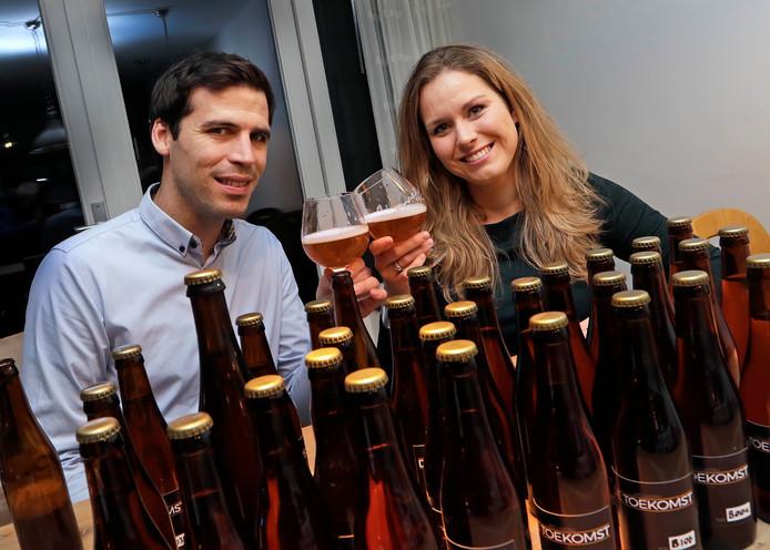 Loes en Martijn de Jong gaan aan huis hun eigen bier brouwen.