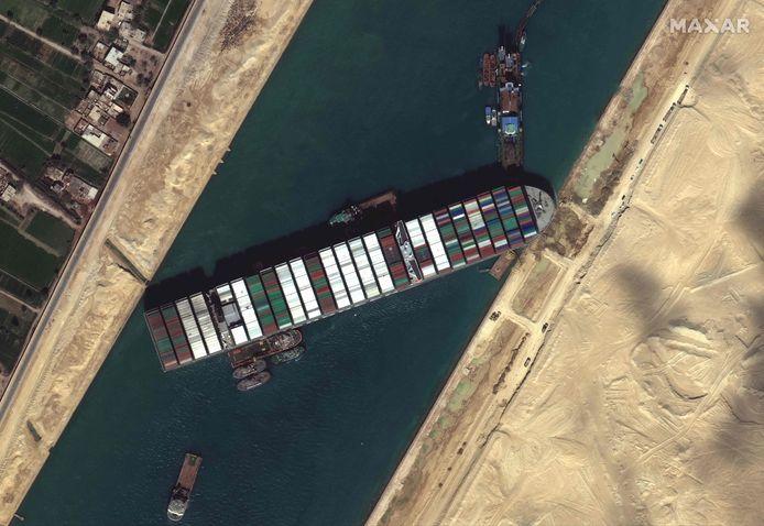 Het containerschip dat het Suezkanaal in Egypte blokkeert.