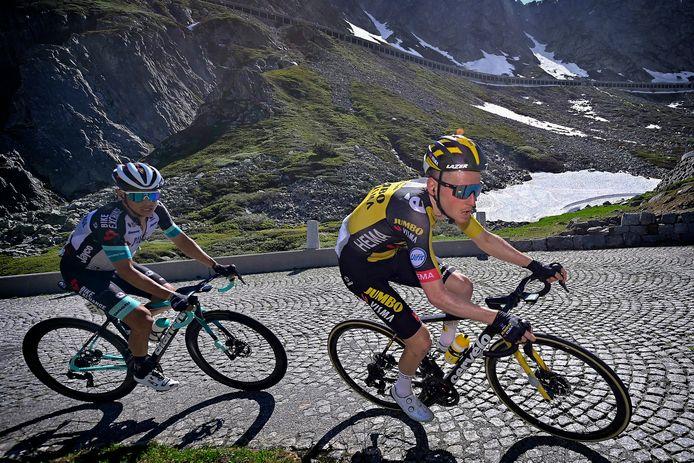 Sam Oomen als kopman met in zijn wiel Esteban Chaves tijdens de Ronde van Zwitserland.