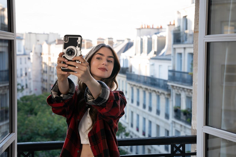 Lily Collins als Emily, in Parijs. Beeld Netflix