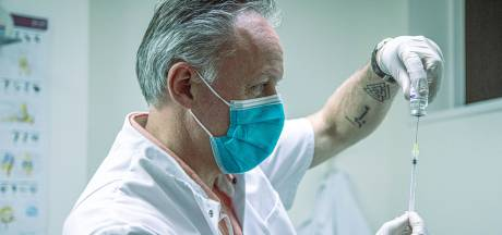 Dokter Johan uit Zwolle: 'Ik gooi geen druppel AstraZeneca weg en vaccineer ook onder 60'