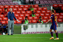 FC Barcelona-trainer Ronald Koeman met rechts Frenkie de Jong.