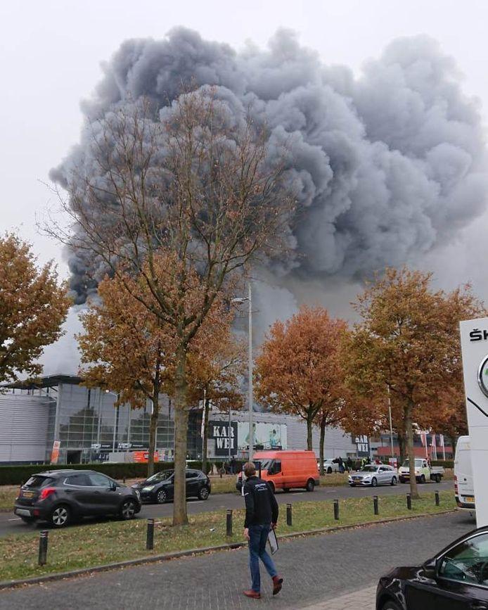 Dikke rookwolken boven de Karwei in Apeldoorn.