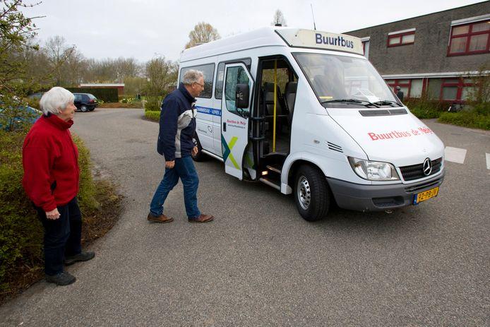 De buurtbus, zoals op de foto in Zwammerdam, is voor veel dorpsbewoners een uitkomst.