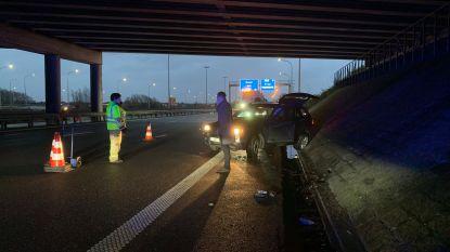 BMW slipt in regen op E40 onder brug