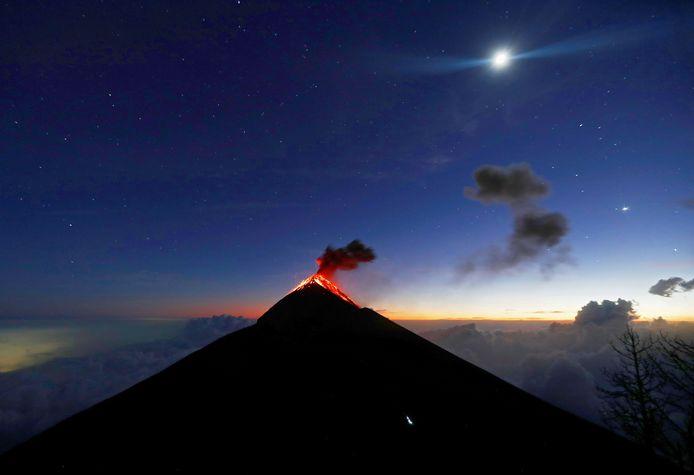 Archiefbeeld van een eerdere uitbarsting van de vulkaan Fuego in Acatenango, Guatemala.