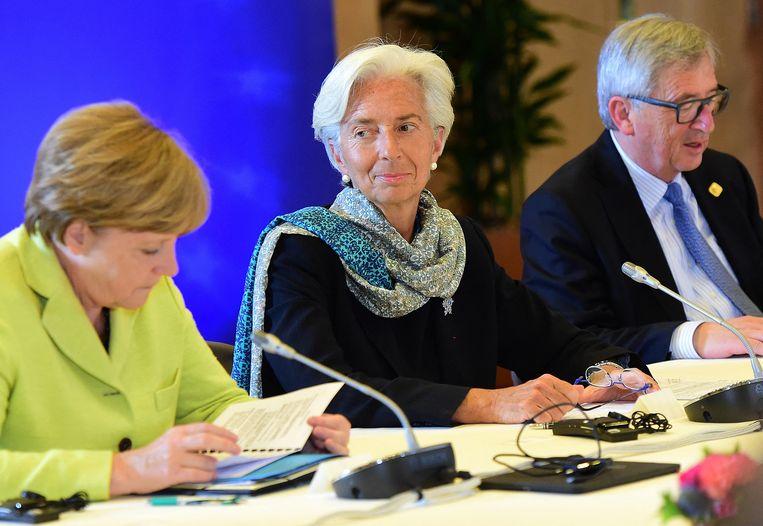 Angela Merkel in juni 2015 in Brussel met IMF-directeur Christine Lagarde (midden) en Jean-Claude Juncker, de toenmalige voorzitter van de Europese Commissie.   Beeld  AFP