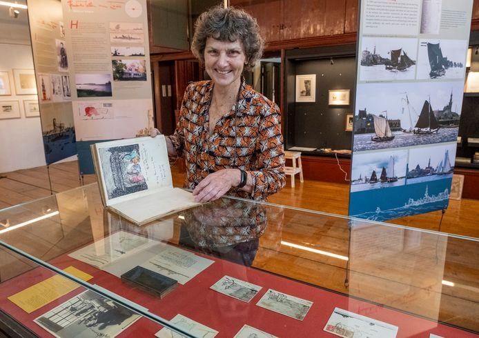 Nicolette van Neste richt de expositie in over Hendrik Willem van Loon.