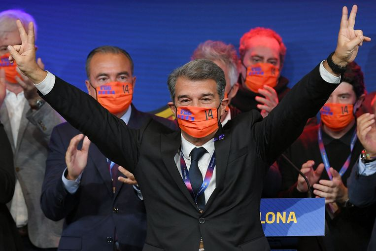 Joan Laporta viert zijn overwinning in Camp Nou met een mondkapje met nummer 14, het beroemde rugnummer van Johan Cruijff. Beeld AFP
