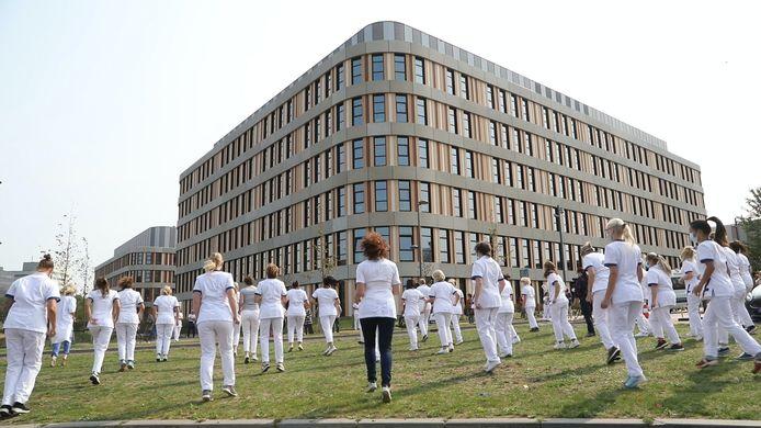 Het personeel van het Amphia Ziekenhuis in Breda gooit de heupen los.