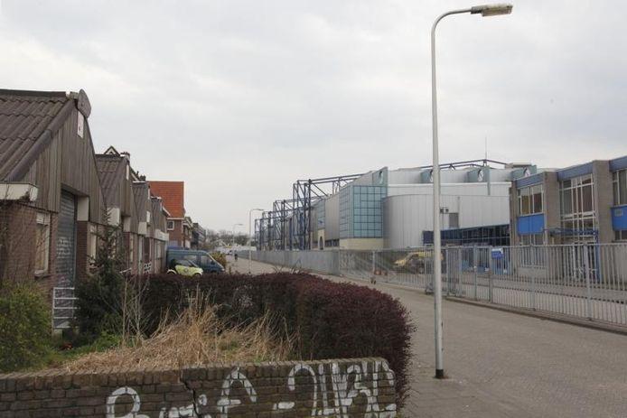 De Veemarkt met de IJsselhallen (rechts). Doordat sloop en nieuwbouw zijn uitgesteld, is het gebied hard achteruit gegaan.foto Tom van Dijke