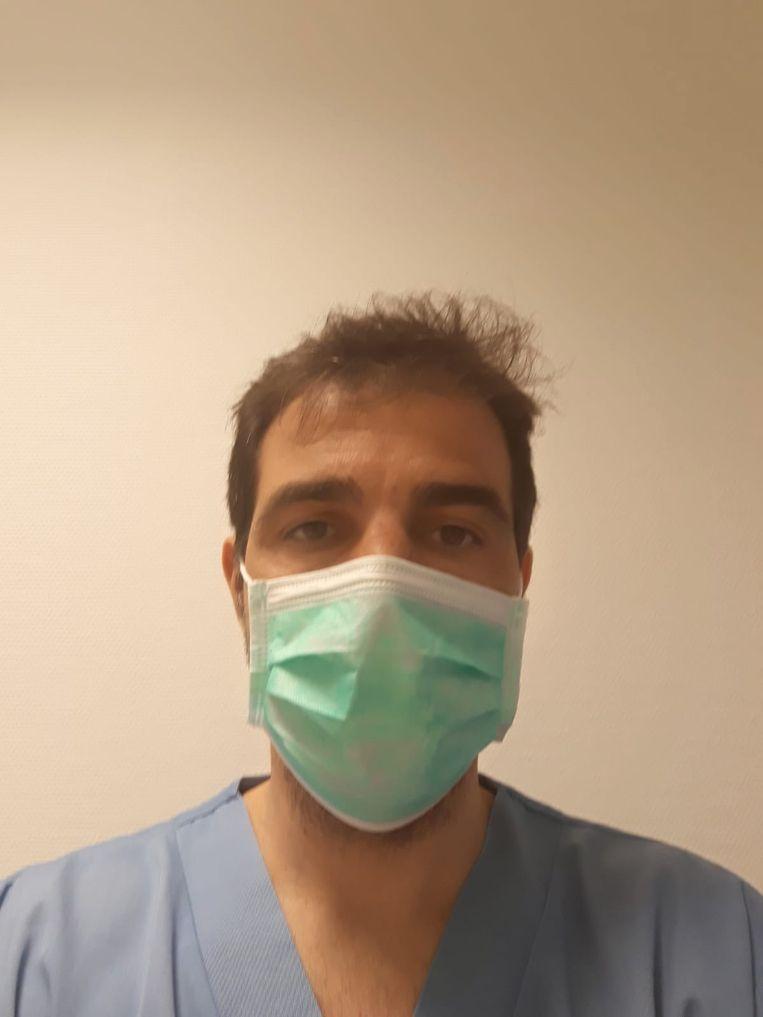 Jesus Garcia werkt als verpleegkundige in een ziekenhuis in Madrid: 'Het is een slijtageslag.' Beeld