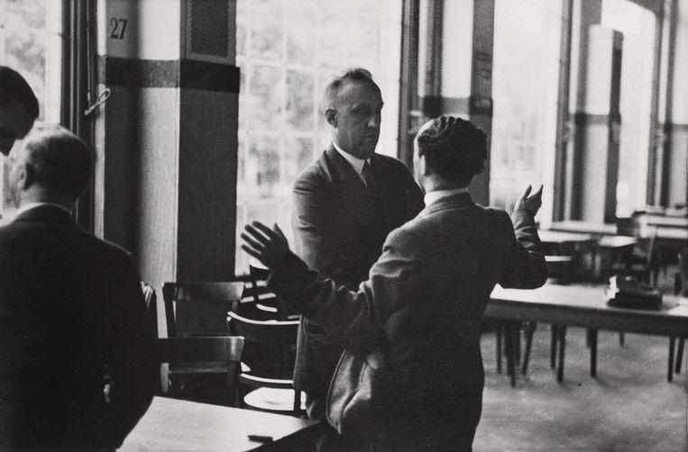 17 april 1942. De Amsterdamse rechercheur Willem Klarenbeek controleert Joodse diamanthandelaren en berooft hen van hun bezit. Commentaar van de NSB-fotograaf: 'Geen pardon, handen omhoog om nagezien te worden.' Foto Bart de Kok/Stadsarchief Beeld