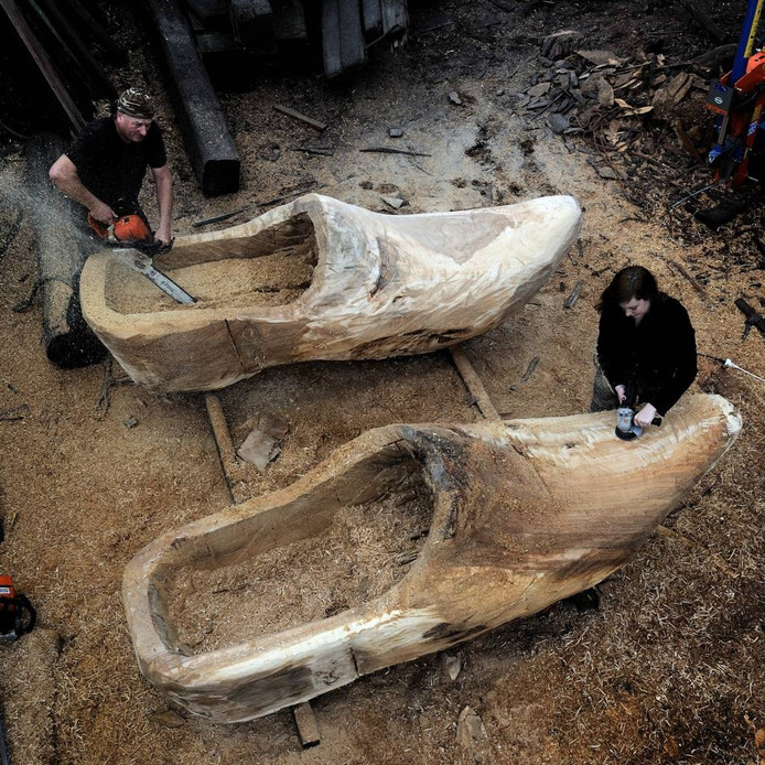 Kunstenaar Peter de Koning met het paar reusachtige klompen.