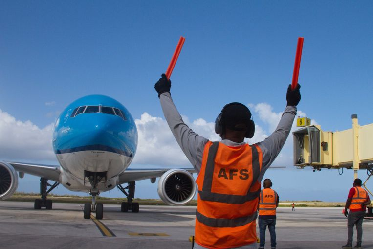 Een vlucht van KLM met de eerste vaccins voor Curacao komt aan in Willemstad. De luchtvaartmaatschappij hoopt dat de vraag naar tickets zal toenemen omdat steeds meer mensen worden gevaccineerd. Beeld ANP