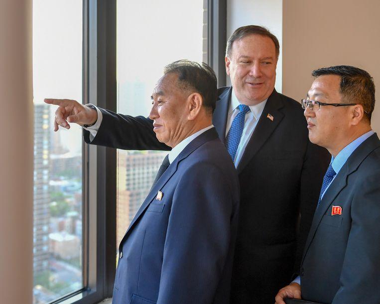 Minister van Buitenlandse Zaken Mike Pompeo kijkt uit voor New York met Korea-gezant Kim Yong-chol.  Beeld EPA