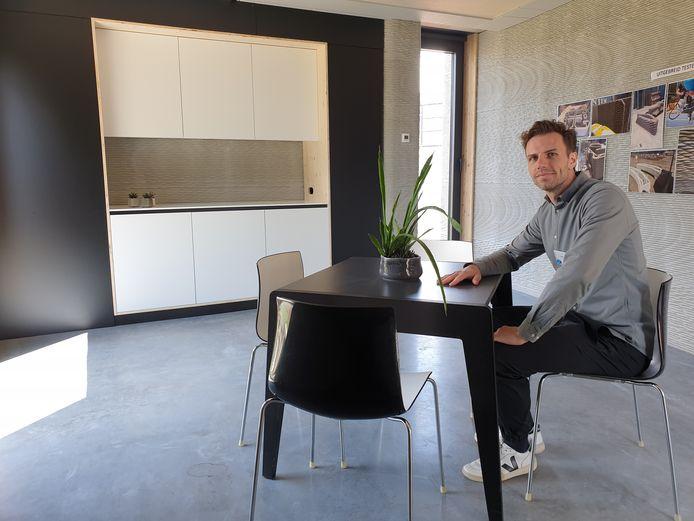 Projectverantwoordelijke Emiel Ascione in de demowoning.