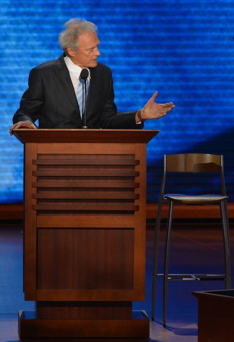 Clint Eastwood met zijn stoel. Beeld AFP