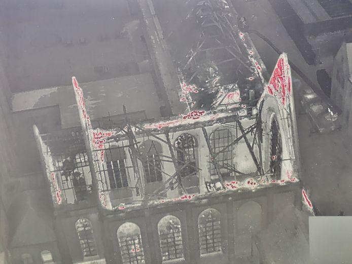 De brandweer zette een drone in om een goed zicht te krijgen op de situatie in de uitgebrande kapel bij de school Spes Nostra in Heule. Wat rood gekleurd is, duidt op nog aanwezige grote hitte.