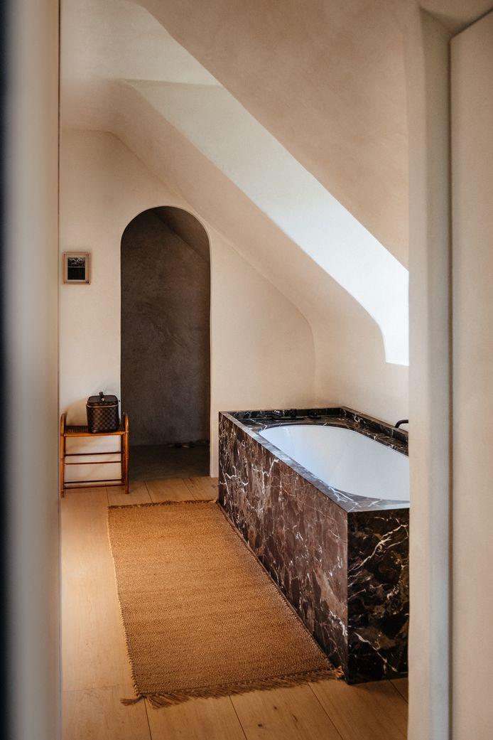 Goed gezien: een opstaande rand aan het bad, zodat het water niet op de houten vloer terechtkomt.