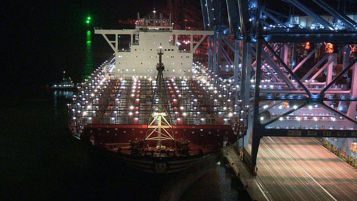 In het containerschip passen ruim 39.000 auto's.