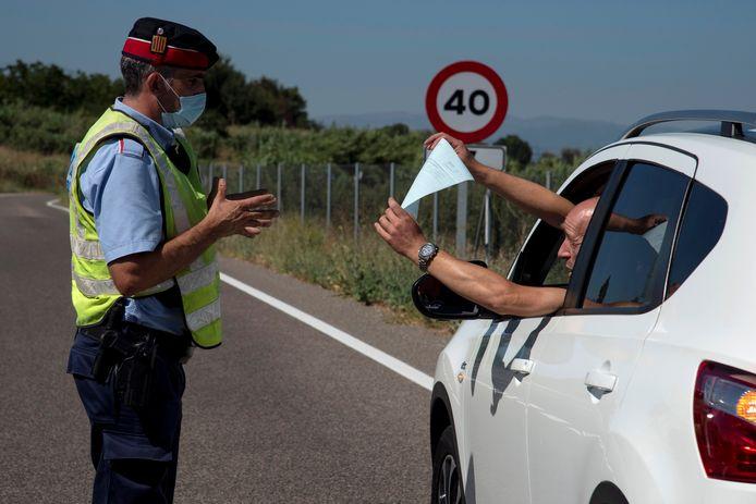 Een wagen wordt door de politie gecontroleerd aan een ckeckpoint in de Spaanse regio in El Segrià