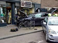 Ravage nadat vrouw met Tesla winkelpand inrijdt in Rotterdam-Hillegersberg