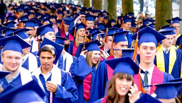 Studenten van de Rotterdam School of Management (RSM) in optocht door de binnenstad van Rotterdam. RSM behoort tot de meest toonaangevende business schools van Europa. Beeld Anp