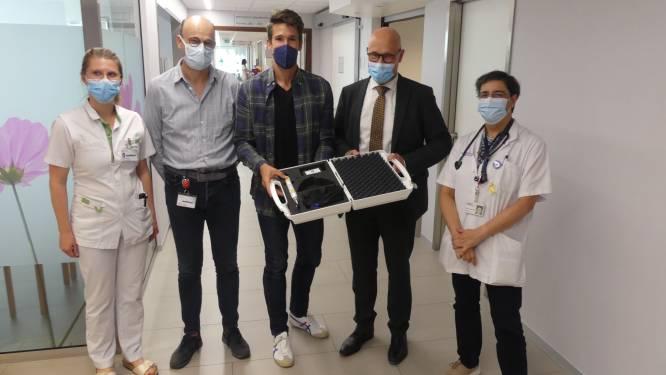 Thomas Van der Plaetsen schenkt 'laserpen' voor kankerpatiënten aan ziekenhuis Deinze