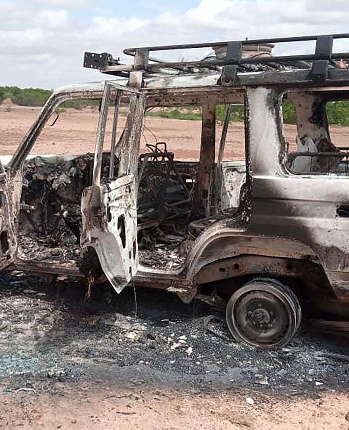 Het 4x4 voertuig werd doorzeefd met kogels en vloog daarna in brand.